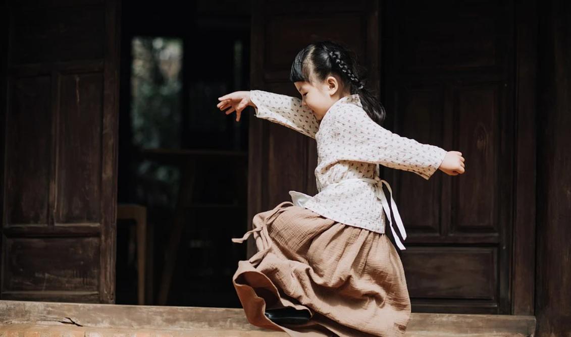 hrající si holčička
